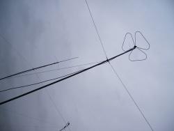 De twee meterband antennes, een klaverblad horizontaal, en een verticale rondstraler. Beetje druilerig weer, maar binnen is de stemming prima!