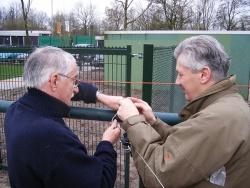 John en Hugo bevestigen de kortegolf antenne waarmee we door heel Europa verbindingen kunnen maken!