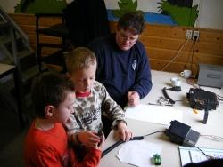 Mels en Melchior maken een radioverbinding met Nieuwegein!